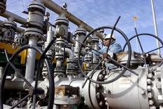 A worker checks the valves at Al-Sheiba oil refinery in the southern Iraq city of Basra, January 26, 2016.   REUTERS/Essam Al-Sudani/File Photo