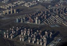 Los precios de las viviendas nuevas en China crecieron en octubre a su ritmo más acelerado desde que comenzaron a ser registrados en 2011, pese a una bajada importante en el volumen de ventas de propiedades después de que los gobiernos locales intensificaran las medidas para enfriar el alza. En la imagen de archivo, se ven bloques de apartamentos en las afueras de la capital Beijing, el 8 de enero de 2016. REUTERS/Kim Kyung-Hoon