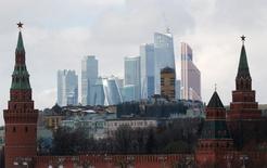 Вид на Кремль и башни делового квартала в Москве 27 февраля 2016 года. Когда власти России решили в этом году привлечь деньги на западных долговых рынках, выпустив еврооблигации, лишь три человека в государственном инвестиционном банке, организовывавшем выпуск, узнали об этом заранее. REUTERS/Grigory Dukor/File Photo