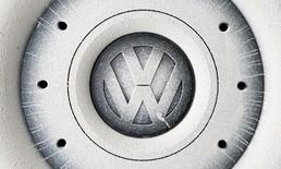 Логотип Volkswagen на автомобильном колесе в Графенвёре, Германия 26 октября 2016 года. Немецкий автопроизводитель Volkswagen договорился с профсоюзами о сокращении 30.000 рабочих мест в обмен на отказ от принудительных увольнений персонала в Германии до 2025 года. REUTERS/Michaela Rehle/File Photo