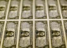 Billetes de 1 dólar sobre una mesa de luz en la Casa de la Moneda de los Estados Unidos en Washington, nov 14, 2014. El índice dólar alcanzó el viernes sus niveles más altos desde 2003 y la divisa podría anotar su mejor desempeño quincenal contra el yen en casi 30 años, debido al impulso de la victoria de Donald Trump en la elección presidencial de Estados Unidos. REUTERS/Gary Cameron/File Photo