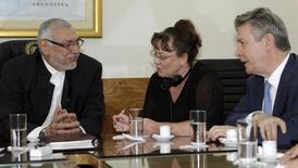 Un acuerdo de libre comercio entre el Mercosur y la Unión Europea podría cerrarse en el 2018, dependiendo de los resultados de las elecciones del próximo año en Francia y Alemania, dijo el viernes un diplomático brasileño. En la imagen, el presidente paraguayo Fernando Lugo (izq) se reúne con la comisaria de Comercio de la UE Karel De Gucht (derecha) en la residencia presidencial de Asunción, 7 de febrero de 2011. REUTERS/Jorge Adorno