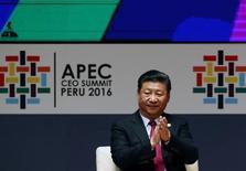 El presidente de China, Xi Jinping, prometió el sábado a los líderes de Asia-Pacífico abrir aún más la segunda mayor economía del mundo, durante un encuentro en Lima donde se buscan nuevas opciones al libre comercio mientras Estados Unidos adopta una postura más proteccionista. En la imagen, el presidente chino Xi Jinping aplaude durante la reunión del Foro de Cooperación Económica de Asia-Pacífico (APEC) en Lima, Perú, 19 de noviembre de 2016. REUTERS/Mariana Bazo