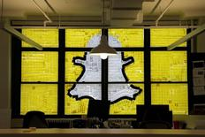 Snap Inc, la candente empresa dueña del servicio de mensajería Snapchat, es considerada por muchos inversores en tecnología como el próximo Facebook o Google, aunque sus jóvenes fundadores están presionando de manera mucho más agresiva que sus predecesores en la transición desde una empresa de nueva creación (startup) a una compañía cotizada. En la imagen, el logo de Snapchat creado con Post-it en las ventanas del Havas Worldwide en 200 Hudson Street, Nueva York, 18 de mayo, 2016. REUTERS/Mike Segar