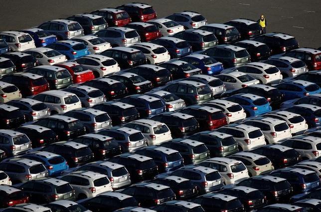 11月21日、財務省が発表した10月貿易統計速報によると、貿易収支は4962億円の黒字となった。川崎市で10月24日撮影(2016年 ロイター/Kim Kyung-Hoon)