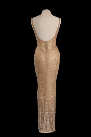 11月17日、米女優の故マリリン・モンローが1962年、ジョン・F・ケネディ元大統領の誕生日を祝って「ハッピーバースデー」を歌った時に着用したドレスがオークションにかけられ、約5.3億円で落札された。写真はジュリアンズ・オークションズ提供(2016年 ロイター)