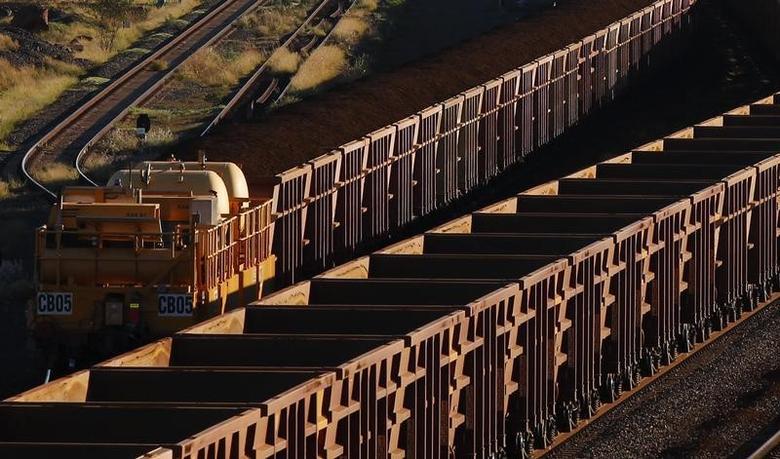 2011年4月20日,装载铁矿石的火车驶往力拓在西澳皮尔巴拉地区的矿石处理设施。REUTERS/Daniel Munoz