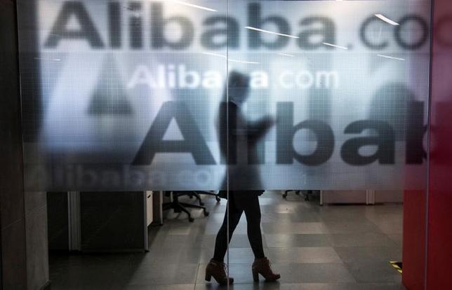 11月21日、中国の電子商取引大手のアリババ・グループ・ホールディングは、ドバイ、ドイツ、日本、オーストラリアにクラウドのデータ関連施設を開設すると発表した。杭州で2014年4月撮影(2016年 ロイター/Chance Chan)
