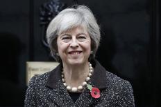 """La primera ministra británica Theresa May posa para una fotografía en su residencia oficial en Londres, Reino Unido. 31 de octubre de 2016. La primera ministra británica, Theresa May, prometió el lunes ocuparse del temor de las empresas a que Reino Unido caiga del """"borde del precipicio"""" hacia inciertas condiciones comerciales tras abandonar la Unión Europea y dijo que abordará estas preocupaciones en la negociación sobre el """"Brexit"""".REUTERS/Stefan Wermuth"""