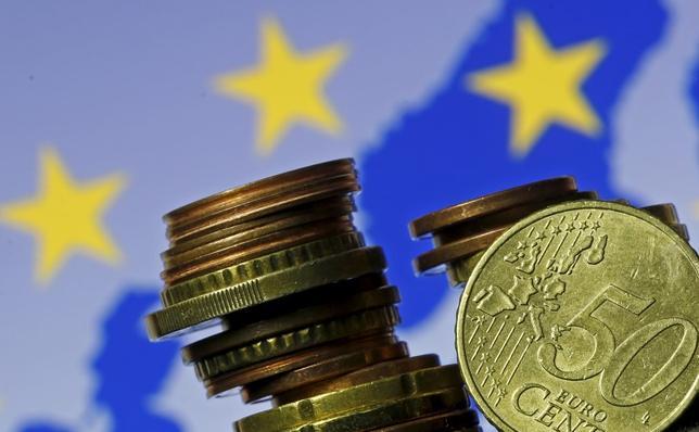 11月21日、フィッチはユーロ加盟国の格付けについて、大衆迎合主義的な政党が勝利すれば格下げにつながる可能性があるとの見解を示した。写真はユーロ硬貨。ゼニツァで昨年5月撮影(2016年 ロイター/Dado Ruvic)