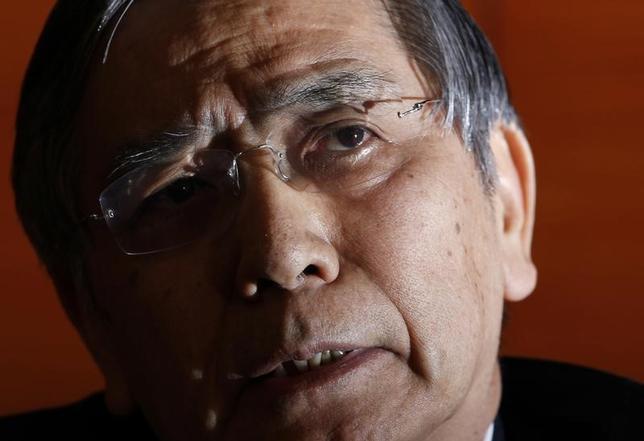 11月22日、黒田東彦日銀総裁は参院財政金融委員会で、賃金の上昇率を金融政策の目標にするのは難しい、との見解を示した。写真は同総裁。都内で昨年3月撮影(2016年 ロイター/Yuya Shino)