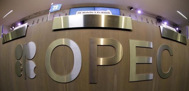 11月22日、OPEC総会は、最大で4.5%の減産を協議する見通し。写真はOPECのロゴマーク。ウィーンで2013年11月撮影(2016年 ロイター/Leonhard Foeger)