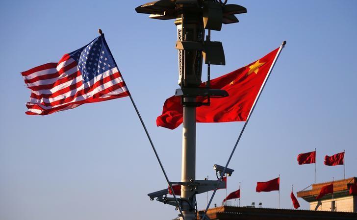 图为2014年11月美国总统奥巴马访华期间,北京天安门广场飘扬的中国和美国国旗。REUTERS/Petar Kujundzic
