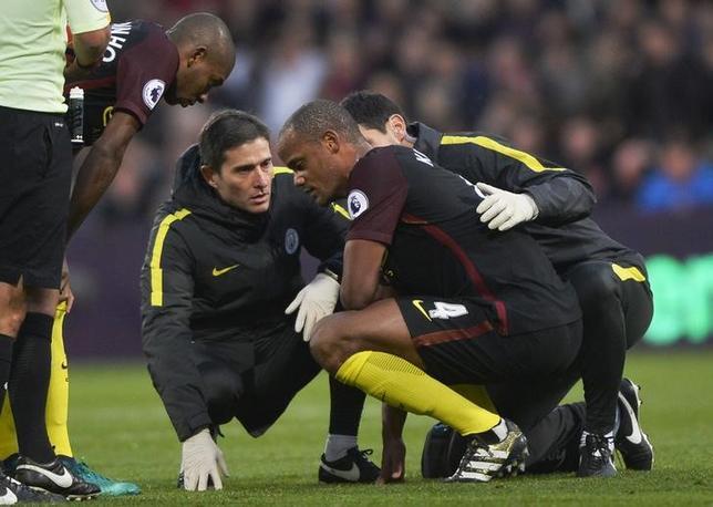 11月22日、サッカーのイングランド・プレミアリーグ、マンチェスター・シティーのジョゼップ・グアルディオラ監督は、主将のバンサン・コンパニ(中央右)がひざの靭帯損傷により数週間離脱することを明かした。19日撮影(2016年 ロイター)