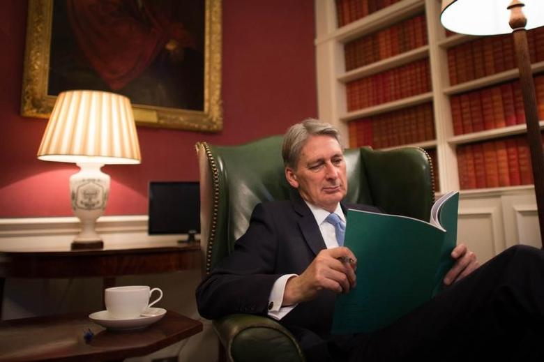 2016年11月22日,图为英国财政大臣哈蒙德(Philip Hammond)在唐宁街11号的办公室内工作。REUTERS/Stefan Rousseau