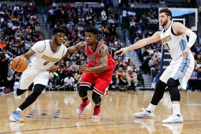 11月22日、米プロバスケットボール協会は各地で試合を行い、ブルズはナゲッツに107─110で敗れた。写真中央はブルズのジミー・バトラー(2016年 ロイター/Isaiah J. Downing-USA TODAY Sports)
