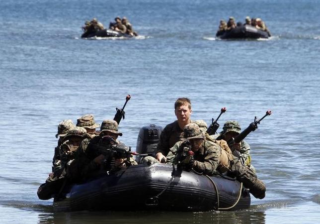 11月22日、フィリピンと米国の軍高官が合同軍事演習の規模縮小について合意した。協議に参加したフィリピン軍高官が明らかにした。写真は2012年4月の合同演習で撮影(2016年 ロイター/ROMEO RANOCO)