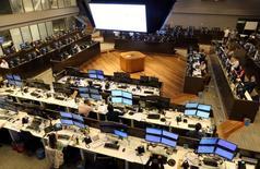 Operadores trabajando en la Bolsa de Valores de Sao Paulo, Mayo 24, 2016.El principal índice de acciones de Brasil caía más de un 1 por ciento el miércoles, presionado por el retroceso de los papeles de los bancos y de la minera Vale, y en medio de toma de ganancias tras el avance de las últimas jornadas.  REUTERS/Paulo Whitaker