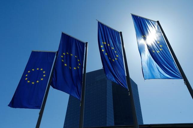 11月23日、ECBは資産買い入れを通じて保有している国債の貸し出しを拡大する方策について検討を進めている。写真は4月、フランクフルトのECBビル前で撮影(2016年 ロイター/Ralph Orlowski)