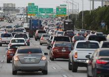 Le marché automobile aux Etats-Unis devrait progresser de 5% en novembre par rapport au même mois de l'année dernière. /Photo d'archives/REUTERS/Joe Skipper