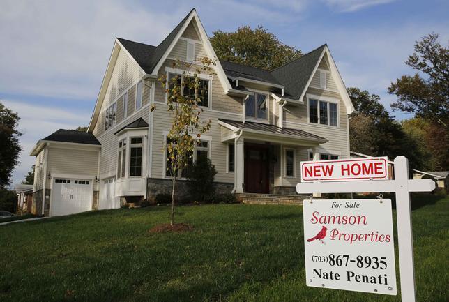 11月23日、10月の米新築一戸建て住宅の販売戸数(季節調整済み)は前月比1.9%減の56万3000戸。写真は2014年10月、バージニア州で撮影(2016年 ロイター/Larry Downing/File Photo)