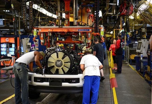 11月23日、10月の米耐久財受注は前月比4.8%増と昨年10月以来1年ぶりの大きな伸びとなった。写真は9月、ケンタッキー州ルイビルのフォード工場で撮影(2016年 ロイター/Bryan Woolston/File Photo)