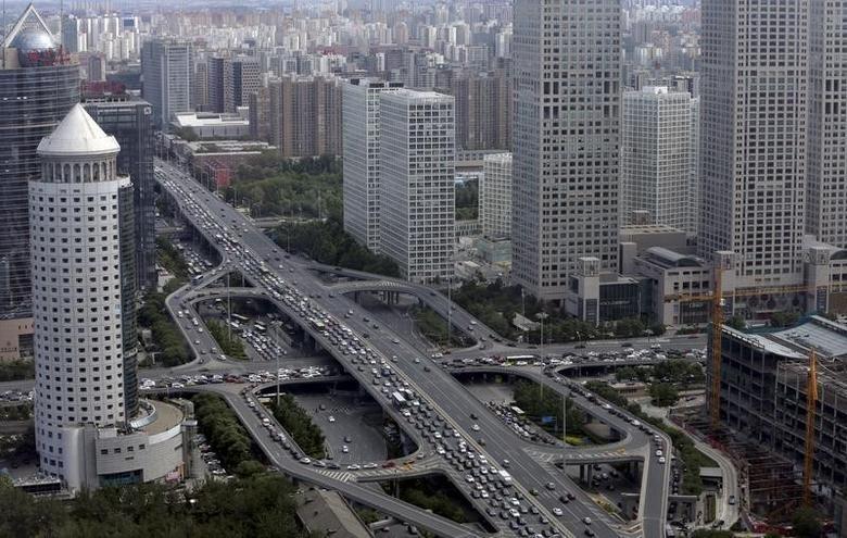 2015年6月11日,北京中央商务区通过国贸桥的车流。REUTERS/Jason Lee