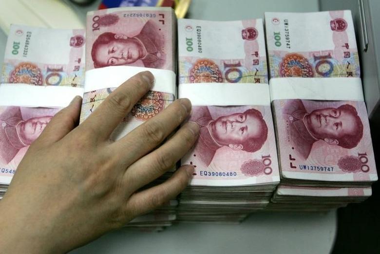 2005年7月22日,北京一家商业银行的雇员在清点人民币纸币。Reuters/Jason Lee