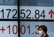 En la imagen, un hombre pasa frente a un panel electrónico de una casa de bolsa en Tokio, Japón. 10 de noviembre de 2016. El índice Nikkei de la bolsa de Tokio subió por sexto día consecutivo el jueves, ayudado por las esperanzas de unas ganancias mayores para los exportadores luego de que el dólar saltó frente al yen.REUTERS/Toru Hanai
