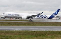 Un avión A350-100 de Airbus en su vuelo inaugural en Colomiers, Francia, nov 24, 2016. La mayor aeronave de fuselaje ancho de Europa, el A350-100 de Airbus, despegó el jueves por primera vez desde Francia, en un esfuerzo del grupo aeroespacial por desafiar el dominio del popular 777 de Boeing.   REUTERS/ Regis Duvignau