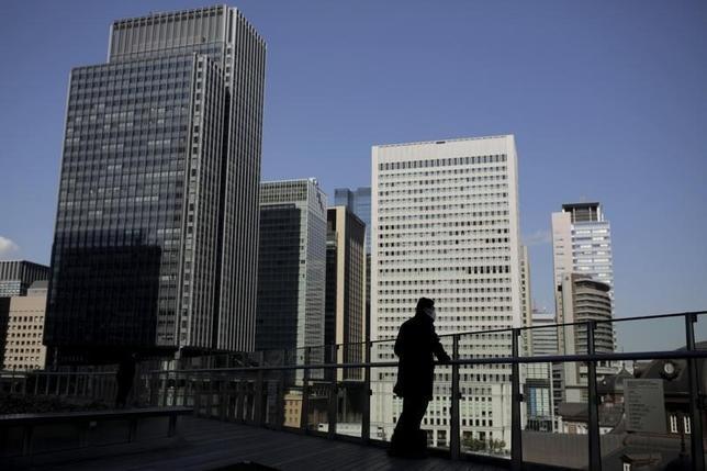 11月24日、ムーディーズは日本の格付け「A1」、および見通し「安定的」について、異例の高水準にある政府債務への対処を可能にするファンダメンタルズによって支援されているとの見解を示した。写真は2月16日、東京の金融街で(2016年 ロイター/Thomas Peter)