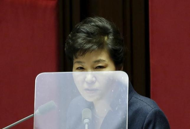 11月25日、韓国の朴槿恵大統領の支持率が4%と、民主化以降の歴代政権で過去最低を更新した。ギャラップ・コリアが25日発表した世論調査の結果で分かった。前週から1%ポイントの低下。写真はソウルで2月撮影(2016年 ロイター/Kim Hong-Ji)