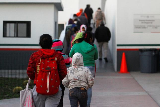 11月24日、中米各国は、ドナルド・トランプ氏が米大統領選に勝利して以降、来年の大統領就任前に米国に到着するために、多くの移民が貧しく、暴力の多い地元を離れ、米国に向かっていると述べた。写真はメキシコ市ティファナ国境付近で24日撮影(2016年 ロイター/Jorge Duenes)