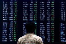 La Bourse de Tokyo a fini en hausse vendredi pour le septième jour consécutif, après une nouvelle remontée du dollar qui a atteint un pic de huit mois face au yen. L'indice Nikkei a gagné 0,26% à 18.381,22 points. /Photo d'archives/REUTERS/Thomas Peter
