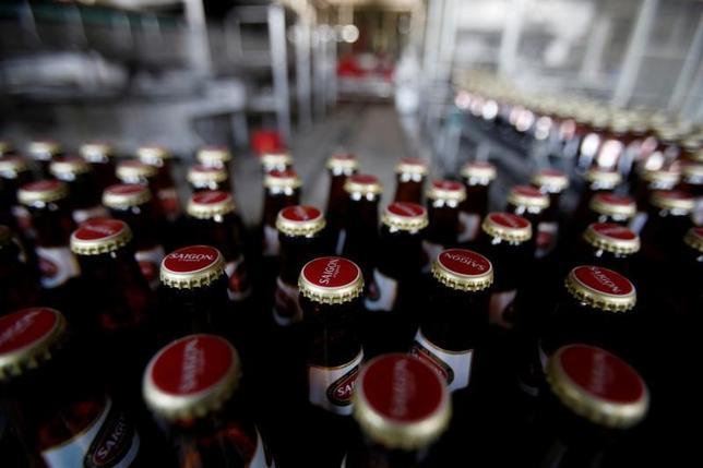 11月25日、サッポロホールディングス 尾賀・次期社長はロイターとのインタビューで、ベトナム国営ビール会社サベコの株式売却について「興味はあるし、関心はずっと持っている」と述べ、条件などを注視する姿勢を示した。ハノイの工場で昨年5月撮影(2016年 ロイター/Kham)