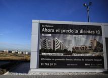 Las hipotecas sobre viviendas en España inscritas en el mes de septiembre subieron un 10,0 por ciento en comparación con el mismo mes del año anterior, según datos del Instituto Nacional de Estadística (INE), en una nueva señal de la reactivación de un mercado inmobiliario fuertemente afectado por la crisis. En la imagen, un cartel anuncia una promoción de viviendas en Valdevevas, Madrid, el 10 de diciembre de 2014. REUTERS/Andrea Comas