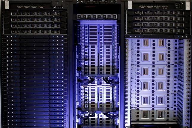 11月25日、経済産業省所管の国立研究開発法人、産業技術総合研究所が人工知能(AI)の中核技術、「ディープラーニング(深層学習)」の演算能力で世界一を狙うスーパーコンピューターの開発に乗り出したことが分かった。フランス製のスパコン、パリで4月撮影(2016年 ロイター/Philippe Wojazer)