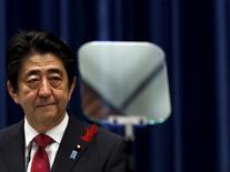 En la imagen, el primer ministro de Japón Shinzo Abe en una rueda de prensa en su residencia oficial en Tokio, Japón, el 6 de octubre de 2015. Japón sólo planea un modesto impulso al gasto del Gobierno el próximo año fiscal, de acuerdo con un borrador del presupuesto, en momentos en que el primer ministro Shinzo Abe busca una dirección política diferente de la que apunta el presidente electo de Estados Unidos, Donald Trump. REUTERS/Yuya Shino