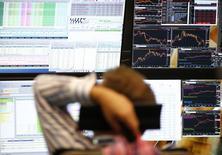 En la imagen de archivo, un hombre mira unas pantallas en la bolsa de Francfórt,  el 29 de junio de 2015. Las bolsas europeas abrían a la baja en las primeras operaciones del viernes, en momentos en que unos precios más débiles del crudo lastraban a los valores ligados a la energía, mientras que las acciones de los prestamistas italianos pesaban sobre el índice bancario europeo. REUTERS/Ralph Orlowski