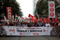 Los principales sindicatos españoles convocarán movilizaciones el 15 y el 18 de diciembre tras quejarse la víspera de no obtener un compromiso del Gobierno sobre subidas salariales, dijo el viernes la Unión General de Trabajadores (UGT). En la imagen, una marcha en Málaga el día del trabajador, el 1 de mayo de 2016. REUTERS/Jon Nazca