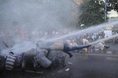Полиция применяет водометы для разгона демонстрации протеста против роста цен на энергоносители в Ереване 23 июня 2015 года. Газпром, от которого зависит союзник Москвы на Южном Кавказе Армения, в год местных выборов снизил тарифы для населения, чье выплескивавшееся на улицы недовольство дорогими российскими энергоносителями ереванская полиция усмиряла водометами. REUTERS/Narek Aleksanyan/PAN Photo