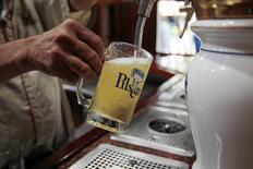 Un empleado sirve una cerveza en una cervecería de Polar en Maracaibo, Venezuela, oct 14, 2016. Asfixiados por la falta de insumos, los dos mayores fabricantes de cerveza en Venezuela, Polar y Regional, reclamaron públicamente el año pasado al Gobierno por el retraso en la asignación de dólares, indispensables para importar lúpulo, cebada y hojalata.  REUTERS/Isaac Urrutia IMAGEN SOLO PARA USO EDITORIAL