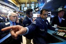 """Operadores trabajando en la bolsa de Wall Street en Nueva York, nov 23, 2016. El promedio industrial Dow Jones y el índice S&P 500 de Wall Street tocaron el viernes máximos históricos por el día de ofertas """"Black Friday"""", impulsados por los avances de acciones ligadas al consumo al comienzo de la temporada clave de ventas de fin de año.   REUTERS/Brendan McDermid"""