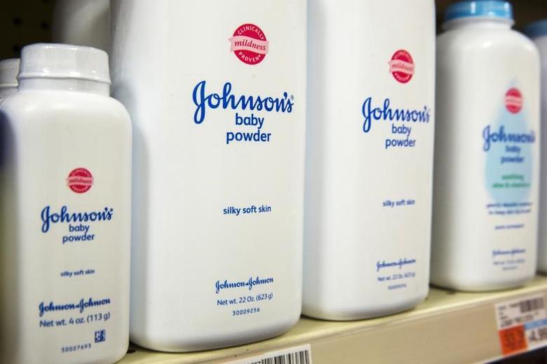 2015年10月15日,美国纽约一家药房内销售的强生公司的婴幼儿爽身粉。REUTERS/Lucas Jackson