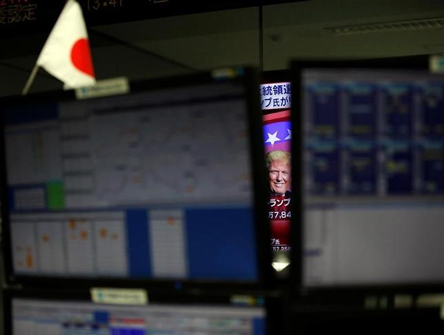 11月28日、今週の東京株式市場は、しっかりの展開となる見通し。米トランプ次期政権への期待を背景に相場に勢いが付いており、よほどの材料がない限り強気ムードの急変は想定しにくい。都内で9日撮影(2016年 ロイター/Toru Hanai)