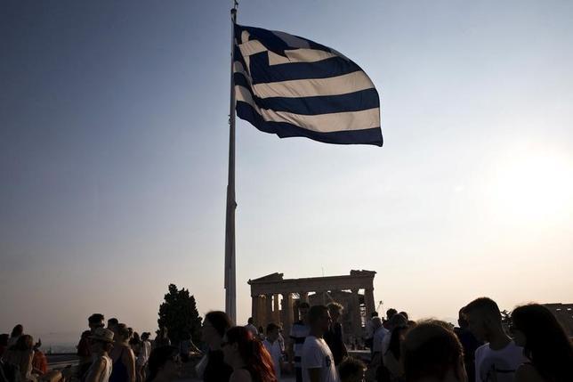 11月26日、欧州中央銀行(ECB)のクーレ専務理事は、ギリシャにとっては2018年までの第3次支援の下で行う改革プログラムを成功させることが「不可欠」で、第4次支援は「誰も検討していない選択肢」だと強調した。写真はアテネのアクロポリスで昨年7月撮影(2016年 ロイター/Ronen Zvulun)