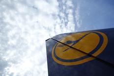 El sindicato alemán de pilotos VC anunció nuevos paros en Lufthansa para el martes y miércoles después de que las negociaciones tras una huelga de cuatro días fracasaran en solucionar la disputa laboral. En la imagen, la cola de un avión de Lufthansa durante una huelga de pilotos en el aeropuerto de Fráncfort, el 23 de noviembre de 2016. REUTERS/Ralph Orlowski