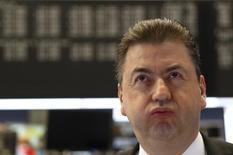 Трейдер на фондовой бирже Франкфурта-на-Майне. Европейские фондовые рынки открыли снижением торги понедельника, при этом финансовый сектор во главе с Man Group, занимающейся управлением активами, и итальянскими банками, а также акции компаний, связанных с нефтяным сектором, демонстрируют худшую динамику.   REUTERS/Kai Pfaffenbach