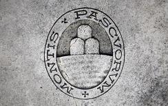 El banco italiano Monte dei Paschi di Siena dijo que el regulador del mercado Consob había aprobado su oferta de conversión de deuda en acciones, que se lanzará el lunes a las 1300 GMT y se extenderá hasta las 1500 GMT del viernes, a menos que haya una extensión. En la imagen, un logo de Monte dei Paschi di Siena en el suelo, en Siena, Italia, 5 noviembre, 2014. REUTERS/Giampiero Sposito/File Photo