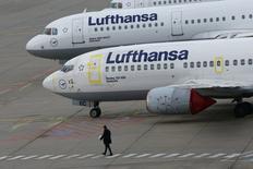 Lufthansa a annoncé lundi l'annulation de 1.706 vols prévus mardi et mercredi en raison d'une nouvelle grève de ses pilotes. /Photo prise le 23 novembre 2016/REUTERS/Ralph Orlowski